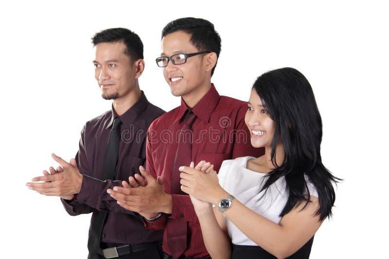 Mani d'applauso del gruppo asiatico di affari immagine stock