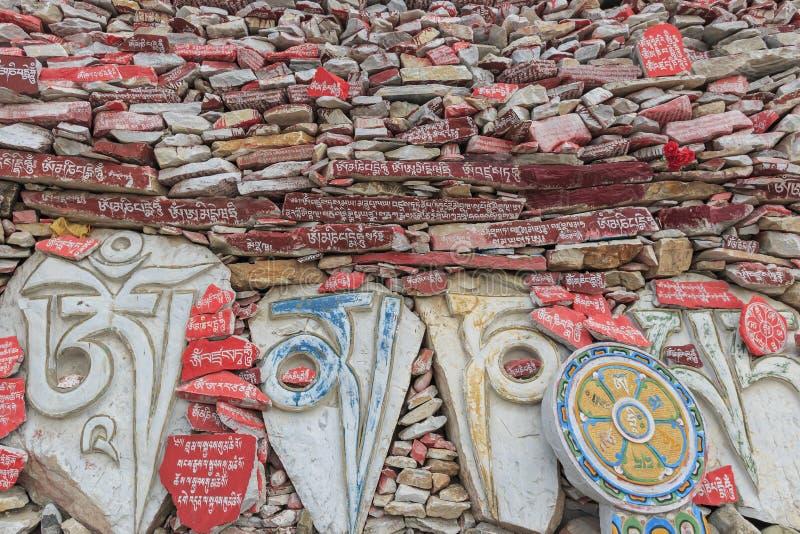Mani-de stenenmuur bij de Mani Temple Mani Shicheng-muur met boeddhistische mantra Om Mani Padme Hum graveerde in Tibetaans in Yu royalty-vrije stock afbeelding