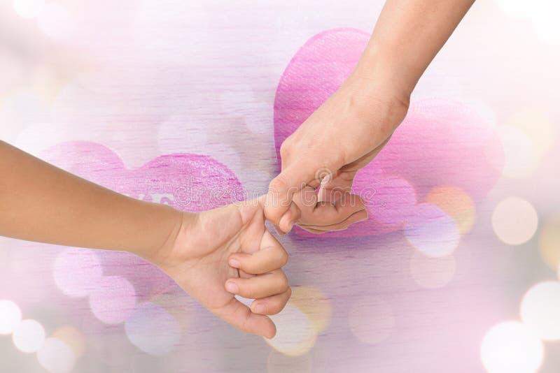 Mani dei bambini e della madre immagine stock