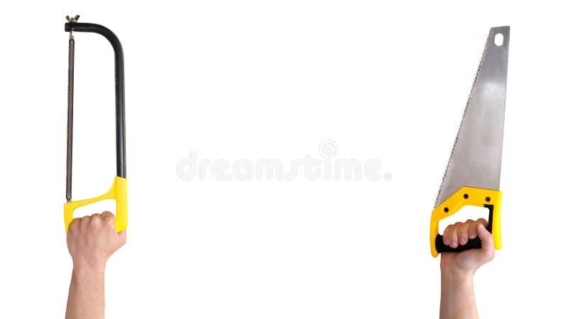 Mani dei maschi con il seghetto a mano per metalli giallo due isolato su bianco immagini stock libere da diritti