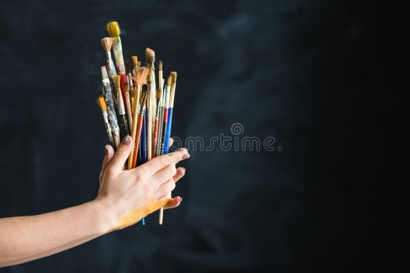 Mani dei pennelli di stile di vita di arte dei rifornimenti dell'artista immagine stock libera da diritti