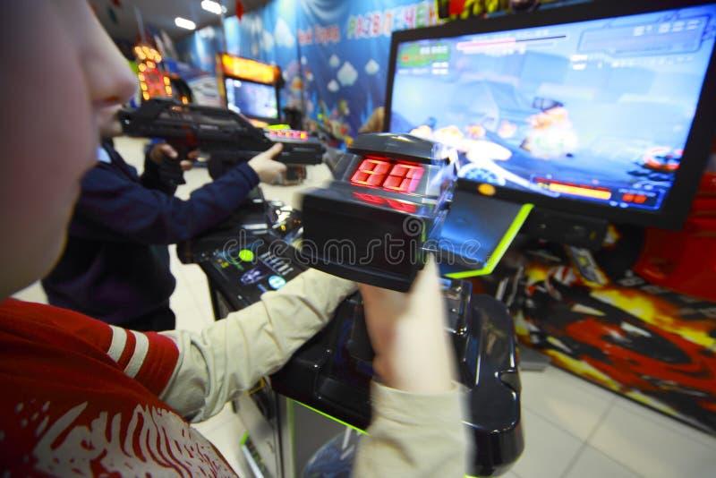 Mani dei ragazzi che giocano i video giochi fotografia stock libera da diritti