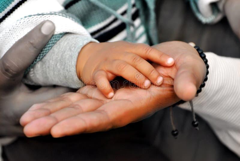 Mani del bambino e del padre fotografia stock libera da diritti