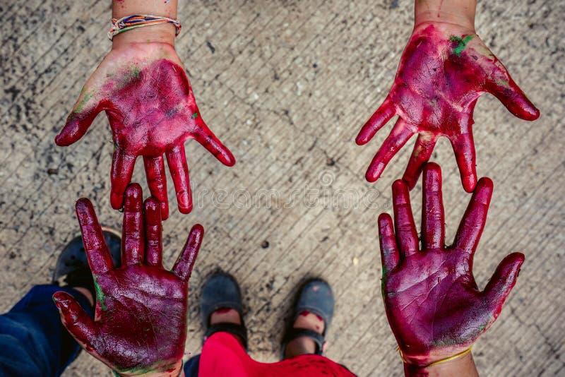 Mani del bambino spalmate di pittura immagini stock