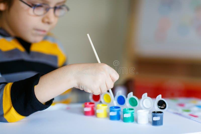 Mani del disegno del bambino con gli acquerelli variopinti immagine stock libera da diritti