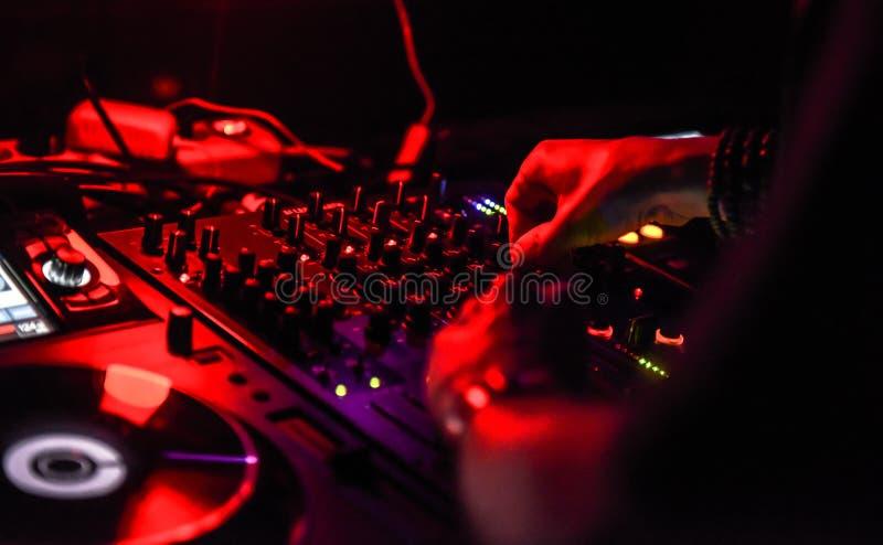 Mani del DJ sulla console fotografie stock