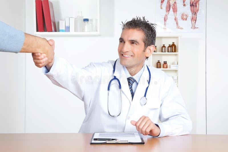 Mani del dottore And Patient Shake fotografie stock libere da diritti