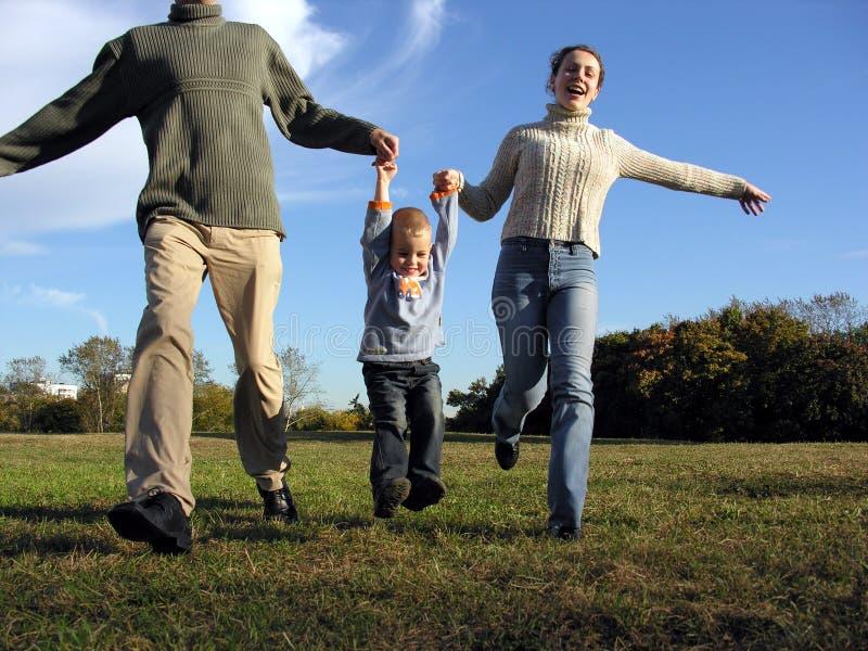 Mani del genitore e del ragazzo fotografia stock libera da diritti