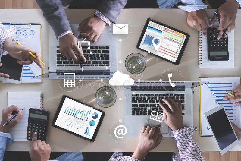 Mani del gruppo di affari di PUBBLICITÀ ON LINE sul lavoro con finanziario con riferimento a immagini stock