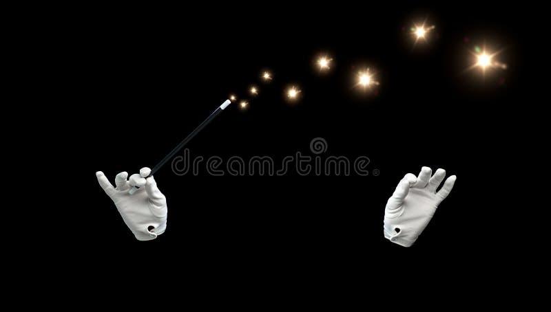 Mani del mago con il trucco magico di rappresentazione della bacchetta fotografia stock libera da diritti