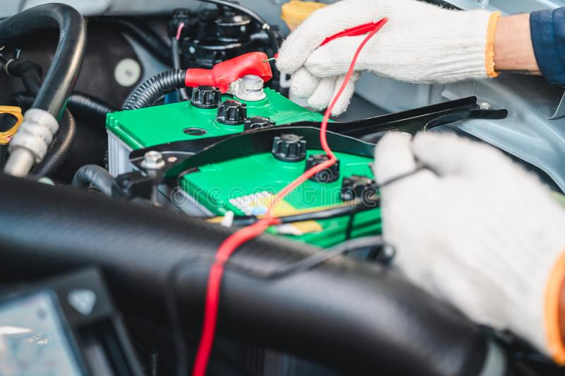 Mani del meccanico di automobile che funzionano nel servizio di riparazione automatica immagine stock libera da diritti