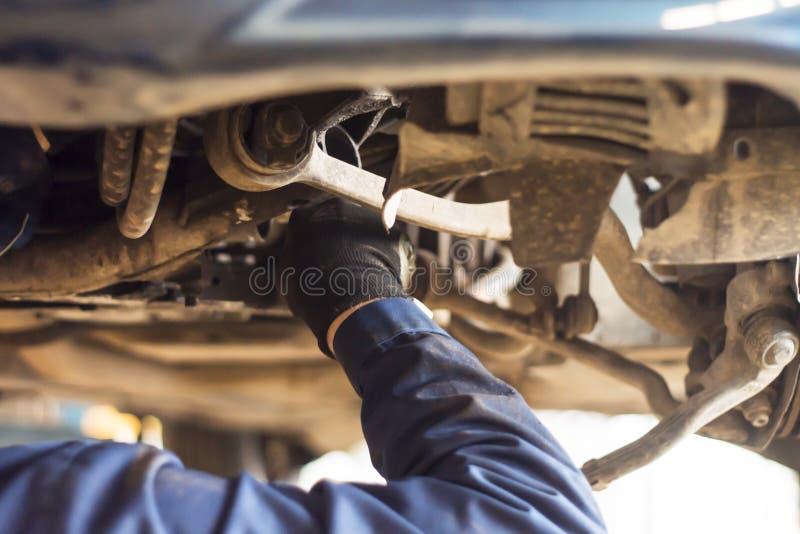 Mani del meccanico di automobile nel servizio di riparazione automatica fotografie stock