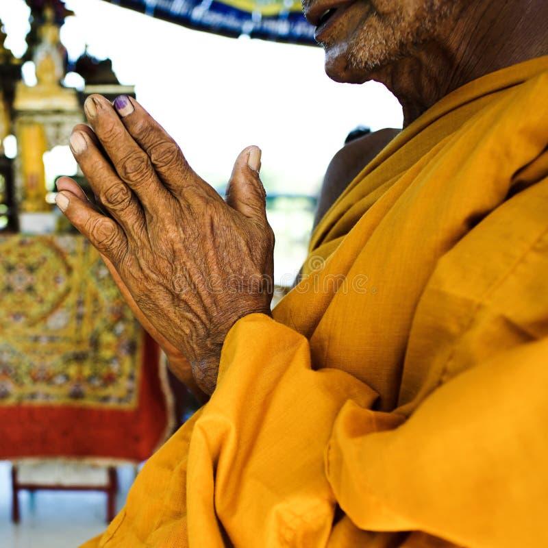 Mani del monaco anziano immagine stock libera da diritti