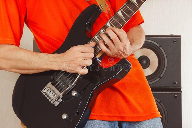 Mani del musicista della roccia che gioca la chitarra elettrica immagine stock libera da diritti