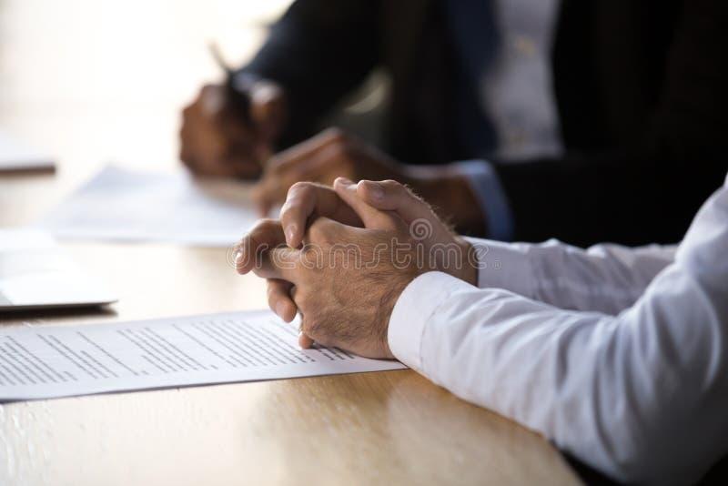 Mani del partito di accordo al concetto di firma del contratto, fine su fotografia stock