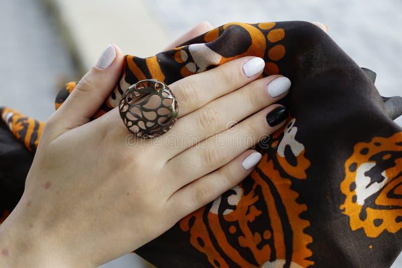 Mani del ` s della donna con gli anelli dei gioielli bellezza del primo piano e ritratto di modo immagine stock libera da diritti