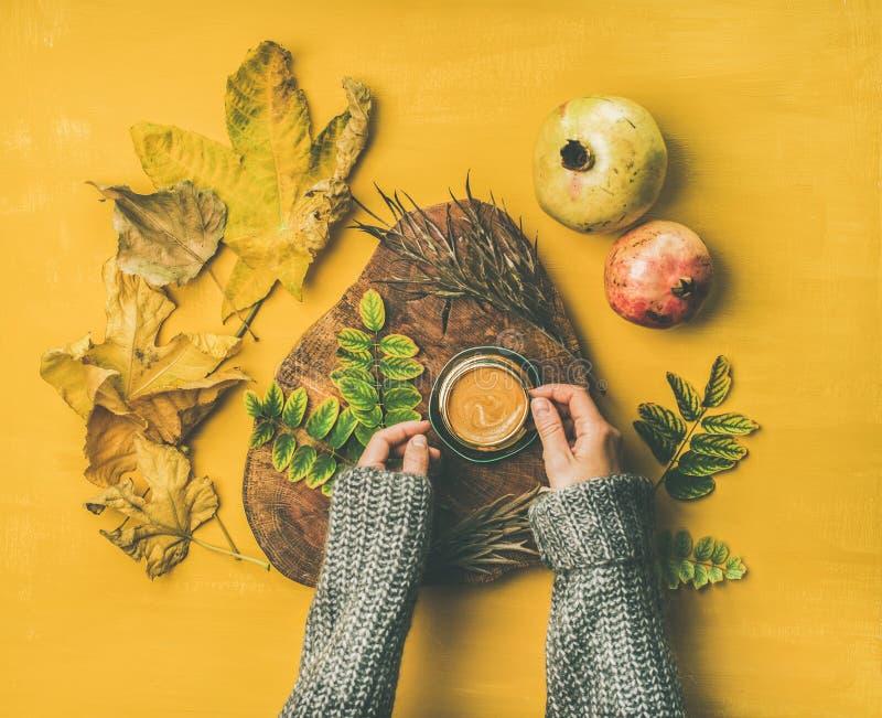 Mani del ` s della donna in maglione di lana grigio che tiene tazza di caffè espresso fotografie stock libere da diritti