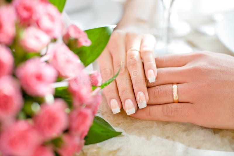 Mani del sposato di appena fotografie stock libere da diritti