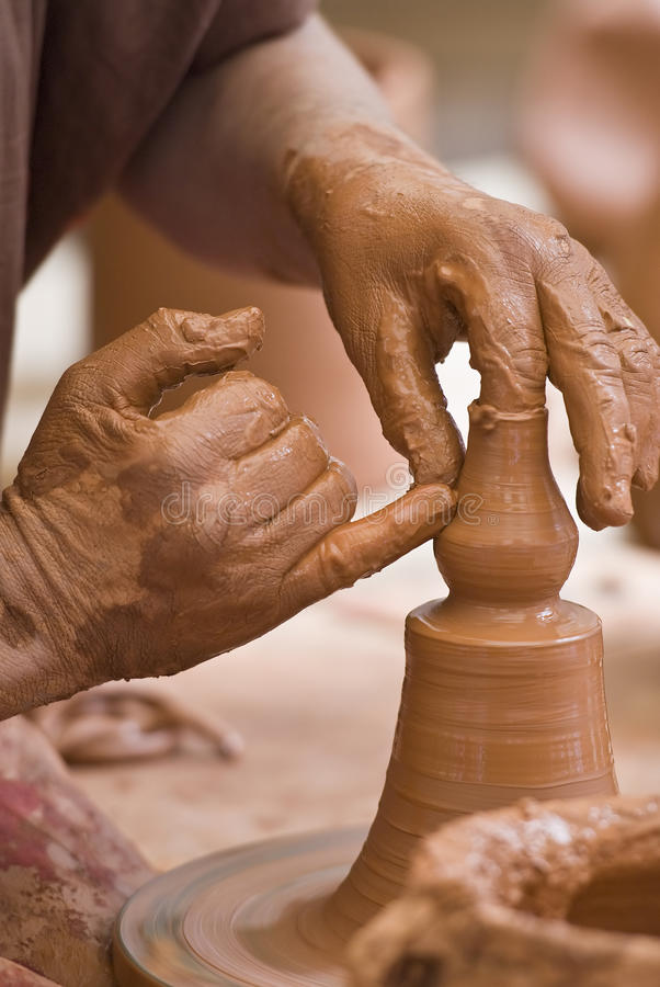 Mani del vasaio. fotografia stock