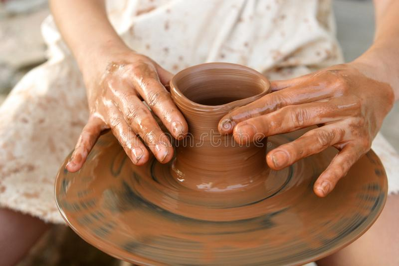 Le mani del vasaio sul lavoro fotografia stock libera da diritti