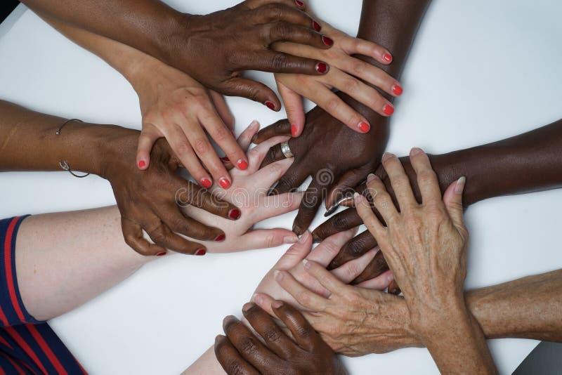 Mani dell'autorizzazione delle donne di diversità di colore immagini stock