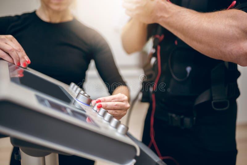 Mani dell'istruttore che accendono il dispositivo di SME fotografie stock