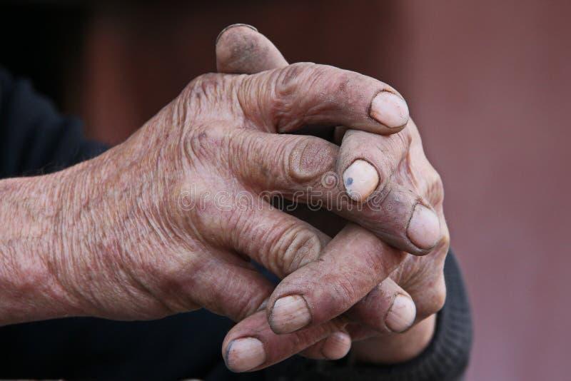 Mani dell'uomo anziano di preghiera immagine stock libera da diritti