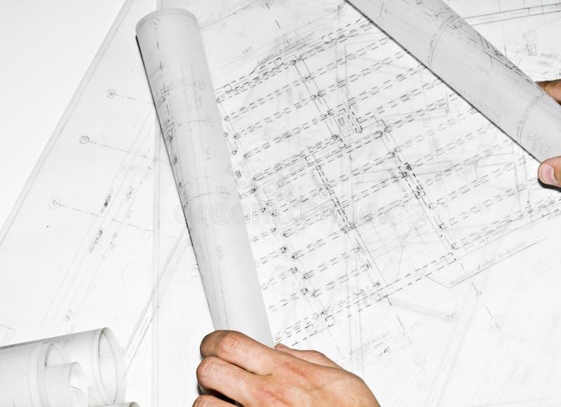 Mani dell'uomo che mostrano un progetto di architettura fotografia stock