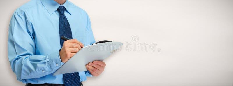 Mani dell'uomo d'affari con la lavagna per appunti fotografia stock libera da diritti