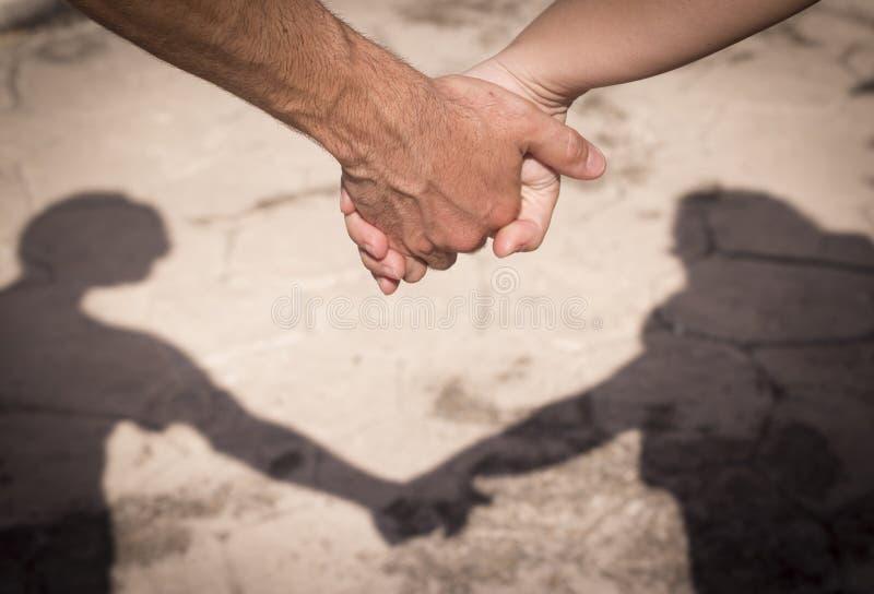Mani dell'uomo e della donna presi come amanti fotografia stock libera da diritti