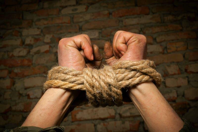Mani dell'uomo legate in su con la corda immagini stock libere da diritti