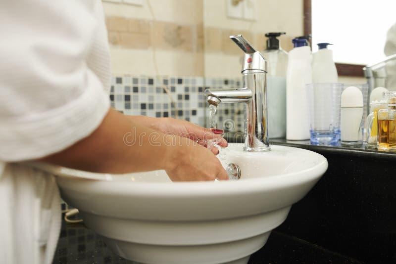 Mani della donna che lavano le mani fotografia stock