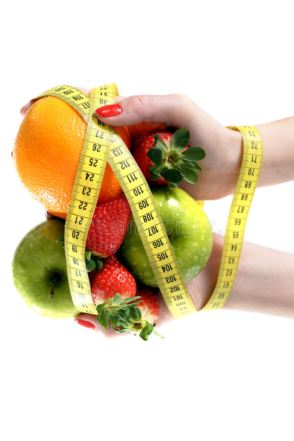 Mani della donna con il legame della frutta con nastro adesivo di misurazione fotografie stock libere da diritti