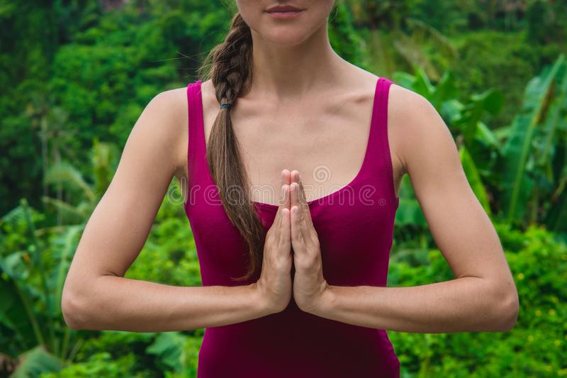 Mani della donna in mudra di preghiera di Namaste Gesto simbolico nel Hinduismo, buddismo fotografia stock