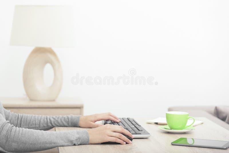 Mani della donna su una tastiera fotografia stock libera da diritti