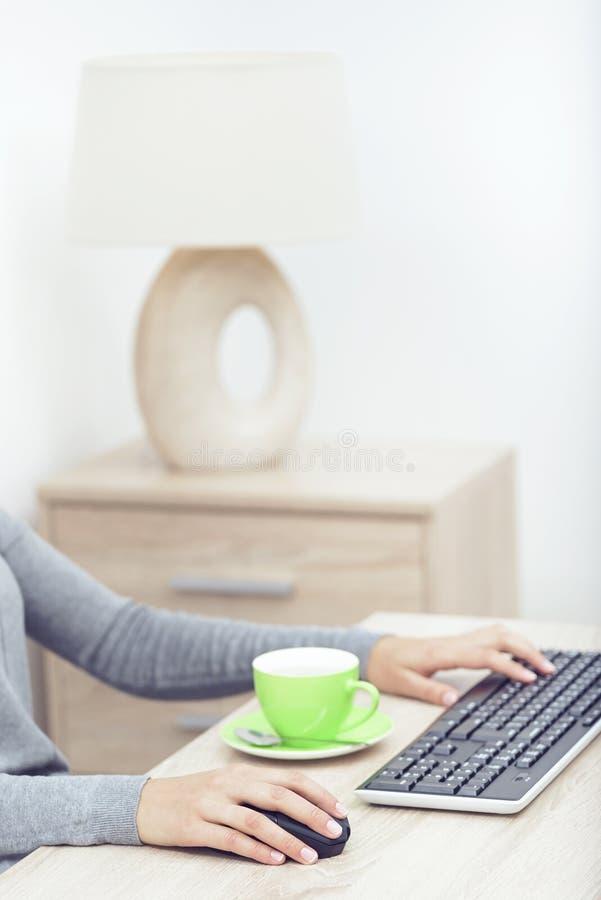 Mani della donna su una tastiera fotografie stock libere da diritti
