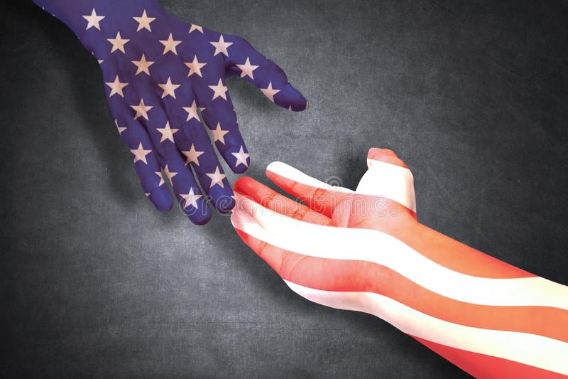 Mani della gente che posa gli aiuti con la bandiera americana immagini stock