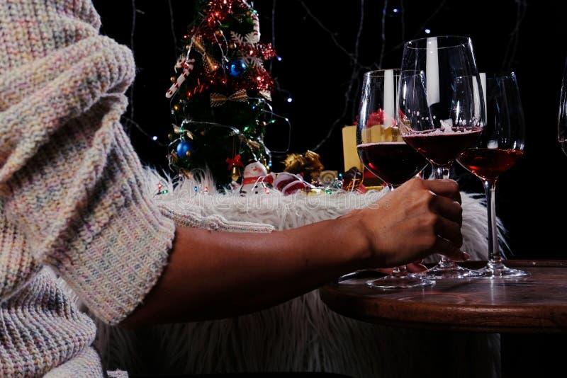 Mani della gente di celebrazione del nuovo anno o di Natale con i glas di cristallo immagine stock