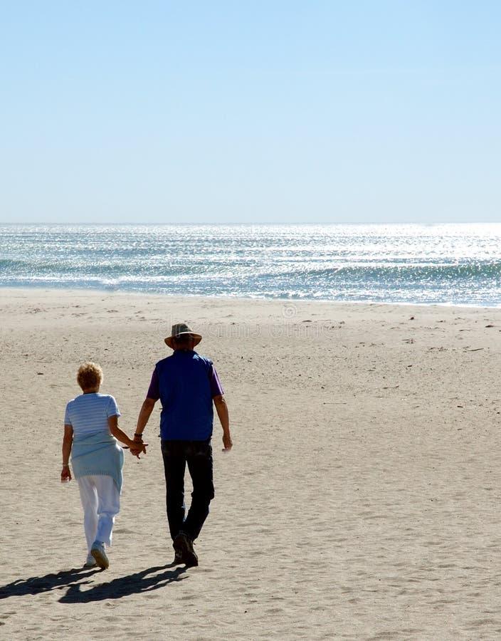 Mani della holding alla spiaggia fotografie stock libere da diritti