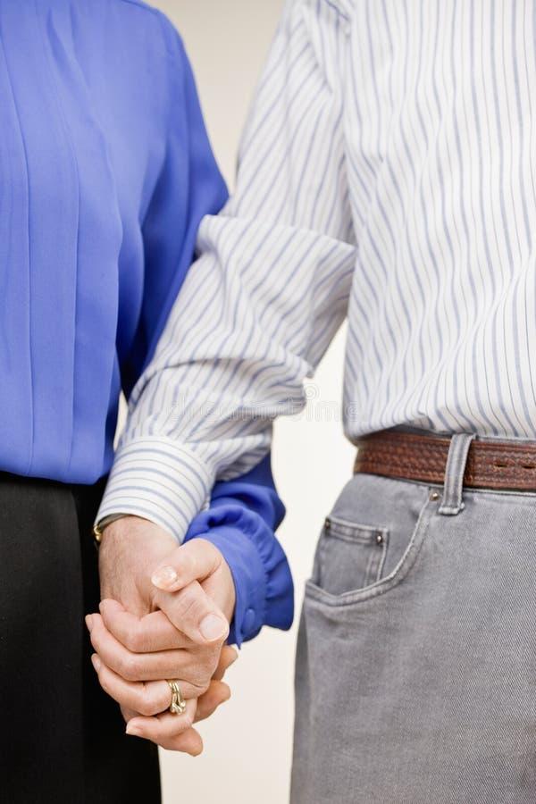 Mani della holding della coppia sposata fotografie stock libere da diritti