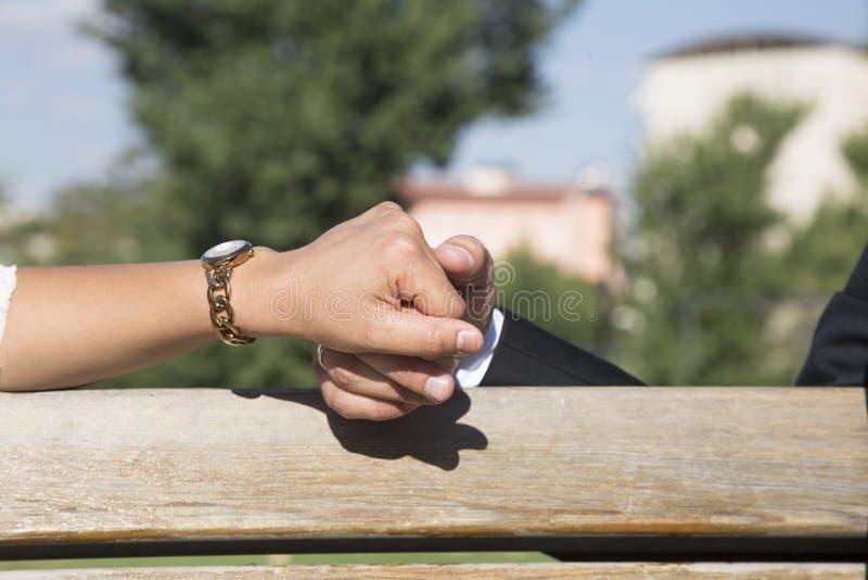 Mani della holding della coppia sposata immagini stock