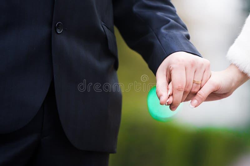 Mani della holding delle coppie degli amanti fotografia stock libera da diritti