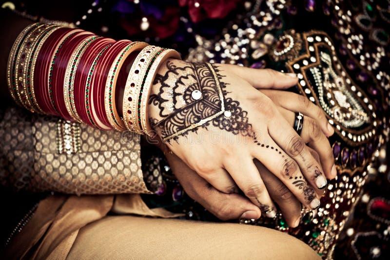 Mani della holding delle coppie di cerimonia nuziale dell'indiano orientale immagine stock libera da diritti