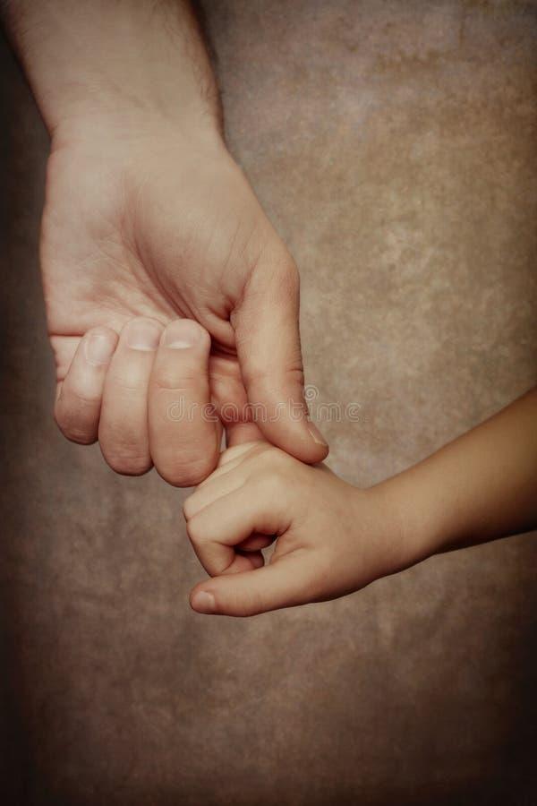 Mani della holding di amore fotografia stock