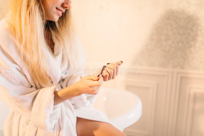 Mani della persona femminile con l'archivio di unghia, manicure immagini stock
