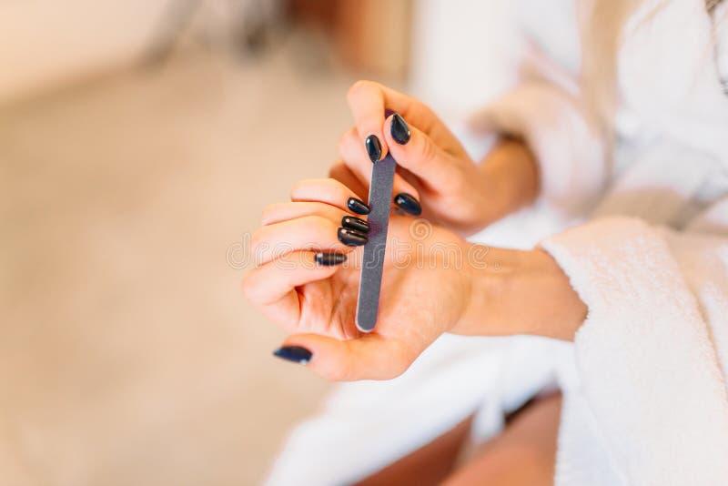 Mani della persona femminile con l'archivio di unghia, manicure fotografia stock libera da diritti