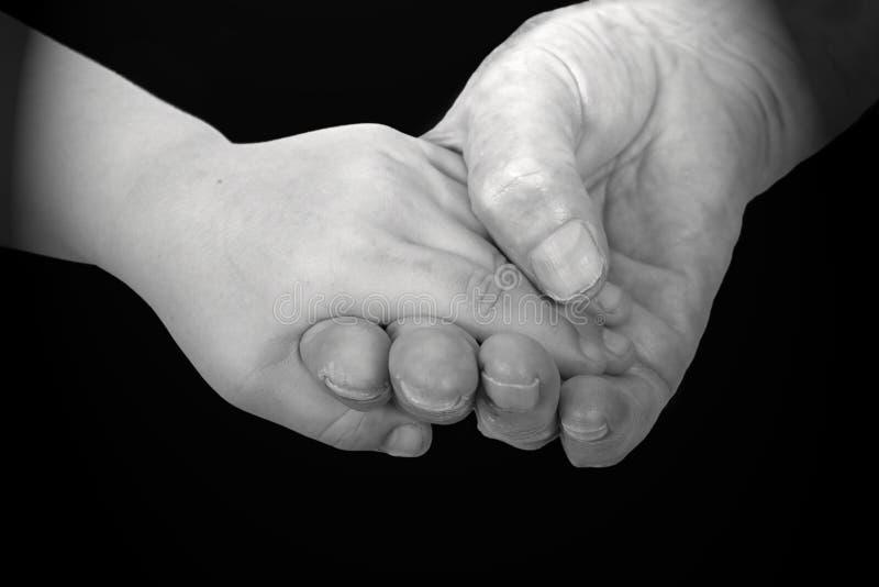 Mani della ragazza e della nonna immagine stock libera da diritti