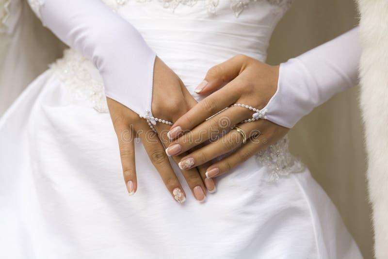 Mani della sposa con il manicure fotografia stock libera da diritti