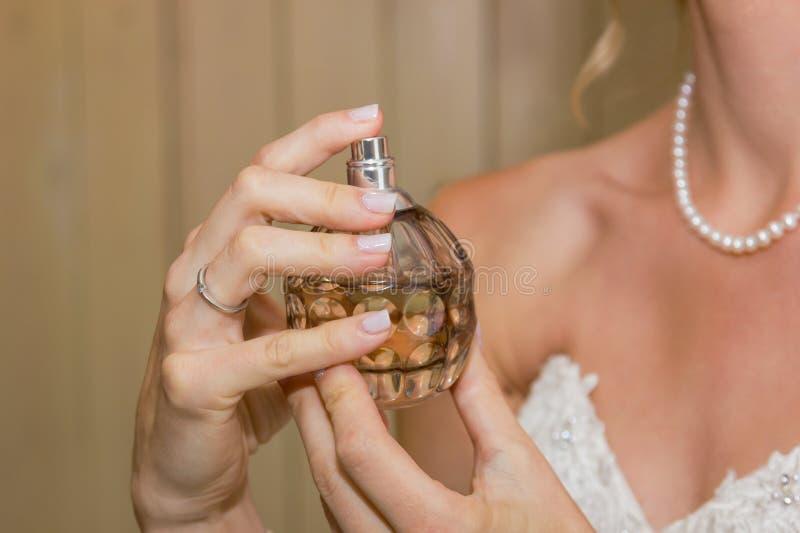 Mani della sposa con profumo fotografia stock libera da diritti