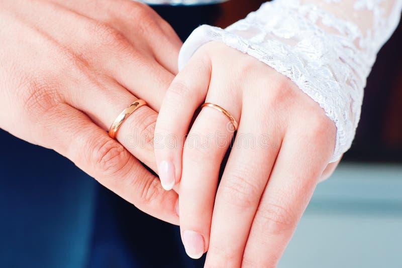 Mani della sposa e dello sposo immagine stock libera da diritti